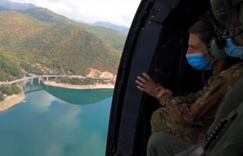 Komandant KFOR-a iz vazduha posmatra albanske provokacije: Helikopter nadleće Jarinje (VIDEO)
