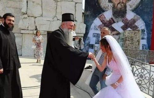 Prelep PRIZOR u Podgorici: Mladenci oduševljeno pozdravili mitropolita Joanikija pred ustoličenje (FOTO)