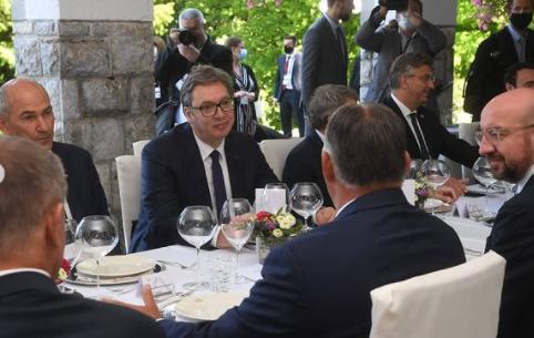 Predsednik Vučić objavio fotografije sa svečanog ručka: Pahor priredio gozbu učesnicima foruma (FOTO)