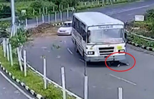 Motociklistu PREGAZIO autobus, a ono što se dogodilo nekoliko sekundi kasnije, mnoge je začudilo (VIDEO)
