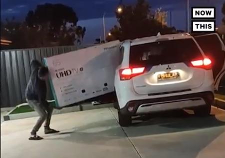 NEVEROVATAN snimak: Muškarac pokušao da uradi NEMOGUĆE sa televizorom, a onda se desilo ovo (VIDEO)
