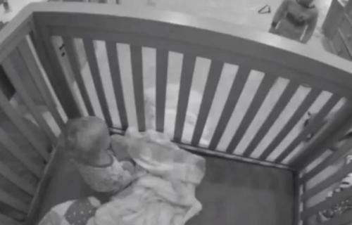 Roditelji ostavili dve BEBE same u krevecu: Kada su pregledali snimak sa kamere, ostali su u ŠOKU (VIDEO)