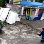 Otac petoro dece ugledao BEBU u vodi: Odmah je SKOČIO u bujicu, a evo kako se drama završila (VIDEO)