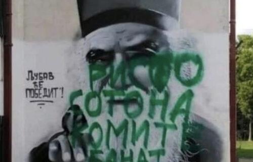 """""""Komite"""" NAPADAJU i u Srbiji: SKANDALOZNA poruka u Zrenjaninu na muralu posvećenom Amfilohiju (FOTO)"""