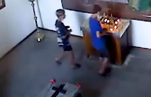 """""""Imaju li roditelje?"""": Deca ušla u crkvu i uradila nešto što je zaprepastilo sve vernike (VIDEO)"""