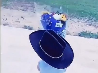 Otac doveo sinčića na majčin grob: Zbog onoga što je dečak učinio, svi su zaplakali (VIDEO)