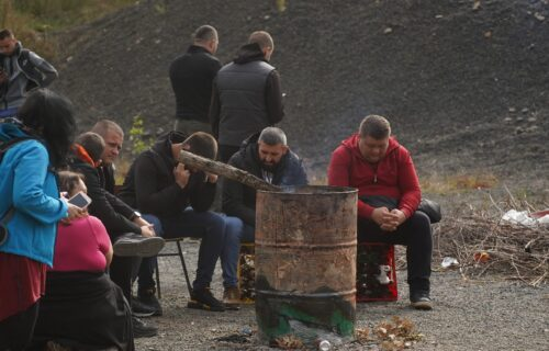 Srbi se okupili oko logorske vatre: Glavna tema - nadletanje helikoptera iznad Jarinja
