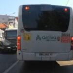UZNEMIRUJUĆ snimak iz Kragujevca: Šleper GURNUO auto na autobus (VIDEO)