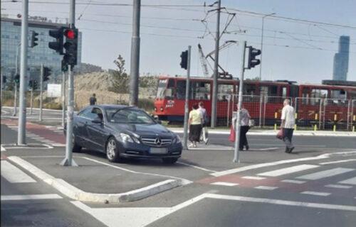 """""""MERCEDESOM"""" preprečio put pešacima: Postupkom BAHATOG Beograđanina svi šokirani (FOTO)"""
