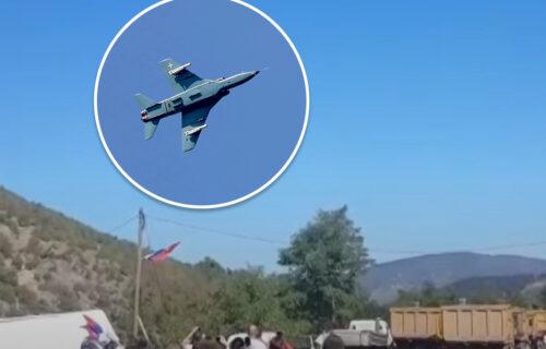 SRPSKI MIGOVI i danas iznad Jarinja: Narod ODUŠEVLJEN, pozdravio avione aplauzom! (VIDEO)