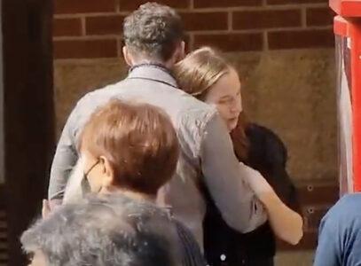 POTRESNE SCENE: Nešinoj ćerki pozlilo na sahrani oca, izažla iz kapele (VIDEO)