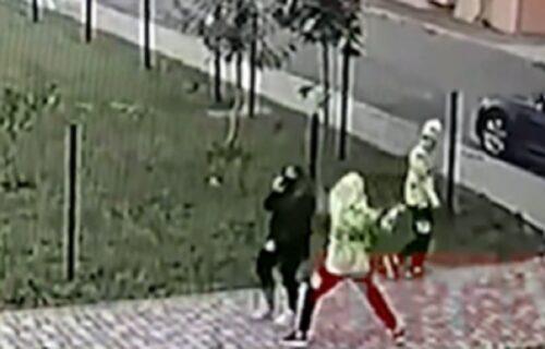 Maloletni blizanci napali ženu nasred ulice i s leđa joj uradili ovo: Kamere sve snimile (VIDEO)