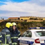 UŽAS u Petrovaradinu: Mladić PAO sa zidina tvrđave, na licu mesta policija i vatrogasci