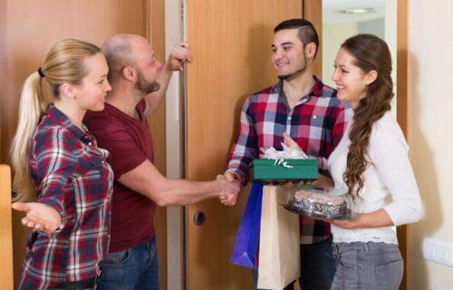 Možda će vas razlog iznenaditi: Kada idete kod nekoga u goste, nikada nemojte doći PRAZNIH RUKU