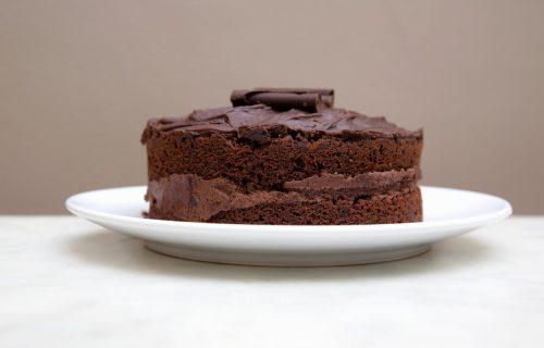Letnja čokoladna torta od samo TRI sastojka: Brzo je gotova i ne peče se (RECEPT)