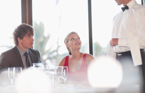 """""""Nisi prva koja je RODILA"""": Skandal u restoranu, Sara slavila veridbu, a onda je usledio ŠOK"""