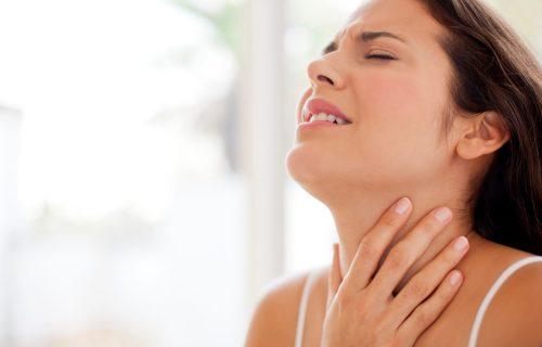 Ako osećate BOL i grebanje u grlu, isprobajte narodni lek: Pravi se od dva sastojka, a UBLAŽAVA tegobe