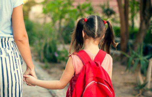 Prvo ga naučite OSNOVNE stvari u saobraćaju: Kad bi trebalo pustiti dete SAMO da ide u školu?