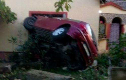 Kolima uleteo ljudima u dnevnu sobu: Pomahnitali vozač u Đurđevu sleteo s puta, nastao KRŠ i lom (FOTO)