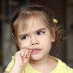 Vaše dete konstantno gricka NOKTE? Stručnjaci savetuju kako da ga oslobodite te NAVIKE