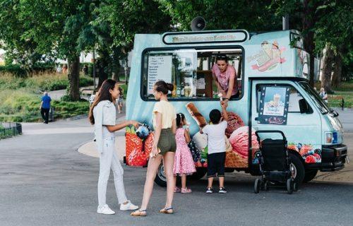 Kupio deci kamion za sladoled, pa ih zaposlio u njemu: Reakcija kupaca ga je ostavila bez reči (FOTO)