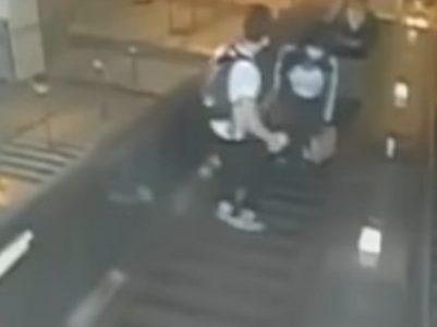 Zakačila muškarca na pokretnim stepenicama i izvinila se: Posle njegove reakcije svi su pobesneli (VIDEO)