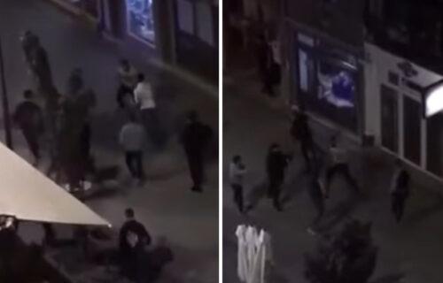 BRUTALNA tuča u Aleksincu: Jedan od učesnika pao na stakleni izlog lokala (VIDEO)