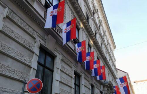Srpske zastave postavljene na zgradi ambasade naše zemlje u Austriji: Vijori se PONOS! (FOTO)