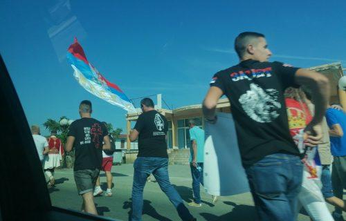 Naš narod krenuo put Hrama na doček patrijarha Porfirija: Vijore se SRPSKE ZASTAVE (FOTO)