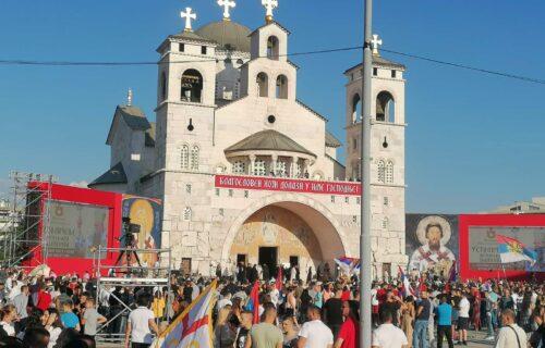 Na svetinji okačena PORUKA: Evo šta se dešava ispred hrama u Podgorici, čeka se dolazak patrijarha (FOTO)