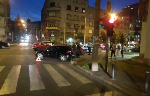 Udes u Beogradu: Automobil se zakucao u stub, policija na licu mesta (FOTO)