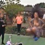 Žena došla na dečje igralište i pokazala mališanima GOLE GRUDI: Roditelji su imali samo jednu reakciju