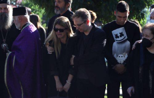 NAJPOTRESNIJA scena sa sahrane Ivana Tasovca: Uplakana supruga SLOMLJENA od bola iznad groba (FOTO)