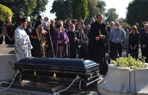 Dirljiv PRIZOR na sahrani: Patrijarh Porfirije prišao supruzi i majci Tasovca i ZAGRLIO ih (VIDEO)