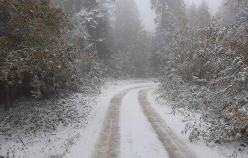 Zima već pokazuje zube u Srbiji: SNEG satima veje na Tari, ZABELELI se lokalni putevi (FOTO)