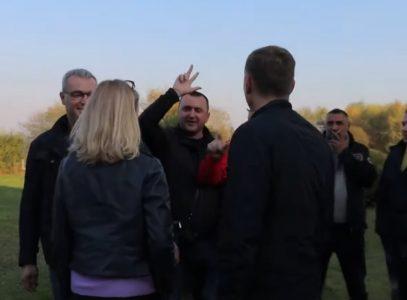 Pogledajte kako su građani pesmom o Kosovu dočekali Kurtijevu i Zelenovićevu lobistkinju (VIDEO)