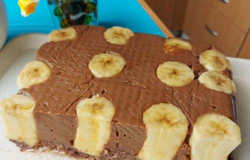 Puding, čokolada, banane i orasi: Sočna torta, gotova za 10 minuta (RECEPT+VIDEO)