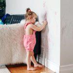 Deca stalno žvrljaju po zidovima? Rešite se fleka uz pomoć jedne stvari koju držite U KUPATILU (VIDEO)