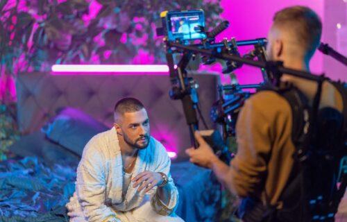 Jedan od najzgodnijih mlađih pevača RASPAMETIO prvim spotom, ljudi ODUŠEVLJENI (VIDEO)