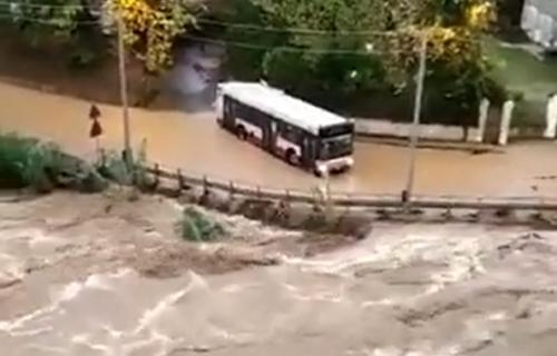 HAOS u Italiji! Obilne kiše izazvale poplave i klizišta: Srušen most, zatvorene škole (VIDEO)