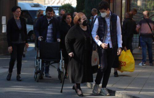 Majka Ivana Tasovca skrhana BOLOM, teši je unuk: Emotivan prizor na sahrani razara srce (FOTO)