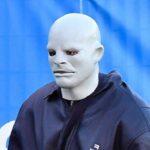 Slavni pevač stavio BIZARNU masku kako ga niko ne bi prepoznao: Ljudi govore da je potpuno POLUDEO (FOTO)