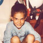 Danas je jedna od naših NAJZGODNIJIH voditeljki: Da li PREPOZNAJETE devojčicu sa fotografije? (FOTO)