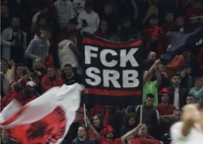 """Šta se krije iza SRAMNOG transparenta """"FCK SRB"""" na sinoćnjoj utakmici Albanija-Poljska?! (FOTO)"""