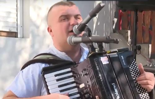 Željko iz Banjaluke šokirao: Namontirao čitač KARTICA na instrument, sviraće vam i ako nemate keš (FOTO)