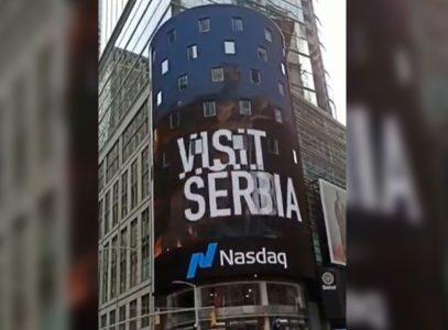 Vijori se SRPSKA ZASTAVA u srcu Menhetna: Spot o vezama Srbije i SAD se emituje na Tajms skveru (VIDEO)