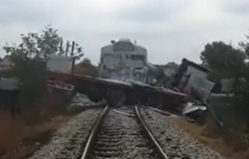 UŽAS kod Požege: Voz na pružnom prelazu udario u kamion, vozač uzalud pritiskao SIRENU (VIDEO)