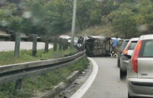 Prvi PRIZORI mesta nesreće kod Bubanj Potoka: Vozila mile, prevrnuo se auto nasred puta (VIDEO)