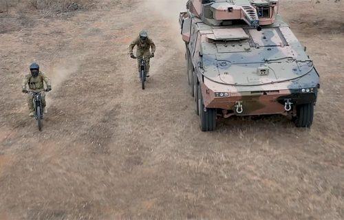 Posle aviona i dronova stižu nevidljivi MOTOCIKLI: Vojni izviđači testiraju specijalne dvotočkaše (VIDEO)