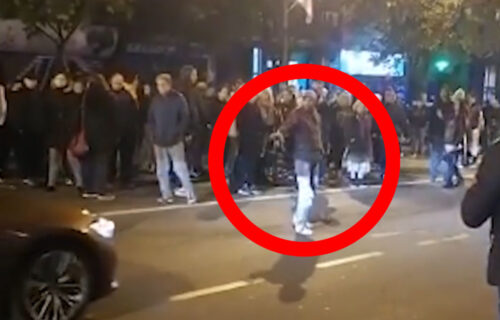 Albanac BLOKIRAO saobraćaj u Beogradu: Predvodio protest ANTIVAKSERA, pa odbio da ga legitimišu (VIDEO)